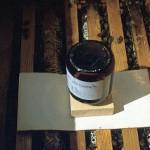 Die Medizinflasche im Einsatz ohne Teller. Als Docht wird eine 10x15 cm große Weichfaserplatte benötigt.